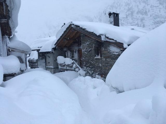 Eingeschneites Haus.