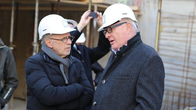 L'architect Iso Senn e Adrian Steiger, il president da la vischnanca da Flem, han motiv da far festa.