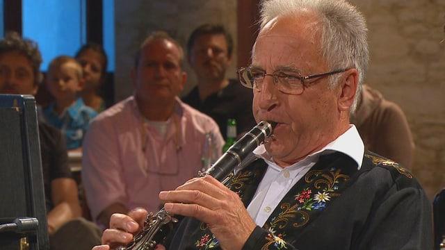 Hans Muff spielt Klarinette.