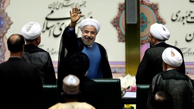 Rohani winkt im Parlament nach der Vereidigung.
