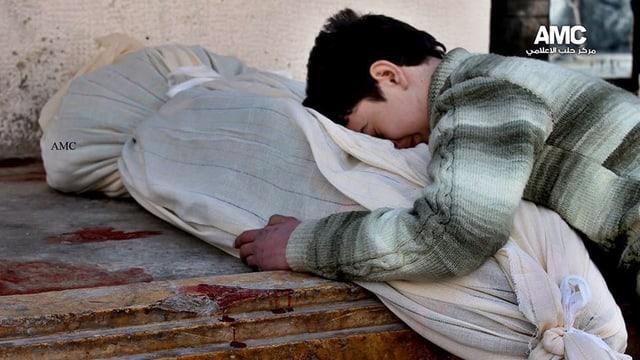 Ein Junge gebeugt über einen Leichnam