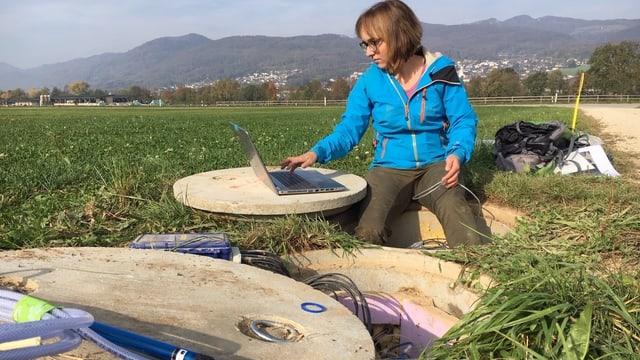 Eine Frau mit technischen Geräten