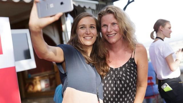 «Schweiz aktuell»-Moderatorin Bigna Silberschmidt macht ein Selfie mit einer Frau.