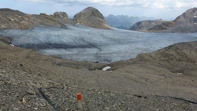 Gletscher, Seile am Boden, davor ein Pfosten mit einem roten Ende