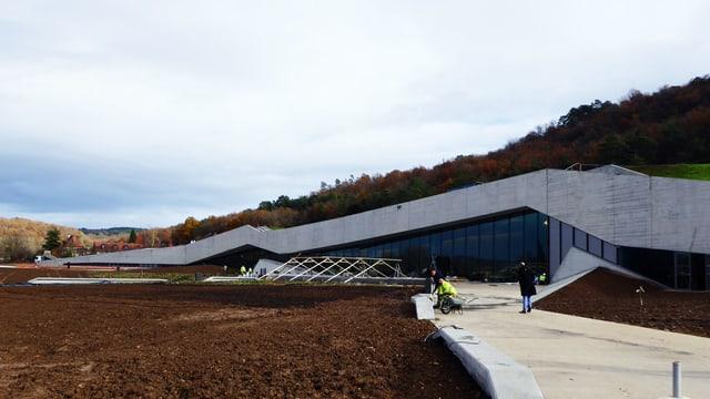 Das neue «Zentrum für Höhlenmalerei» fügt sich in die Landschaft ein.