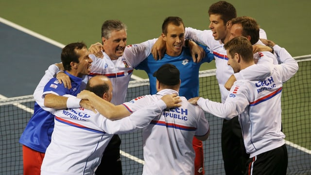 Das tschechische Team bejubelt den Sieg über Japan.