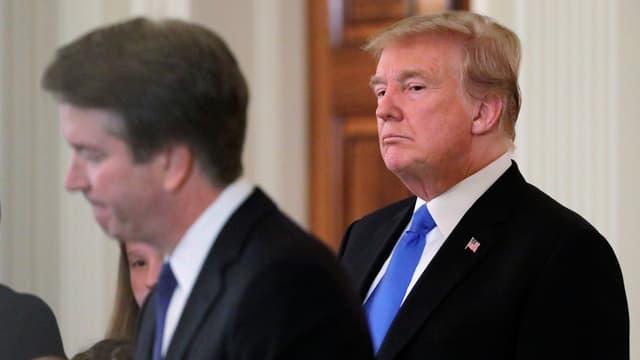 Trump steht neben Kavanaugh und blickt zu ihm.