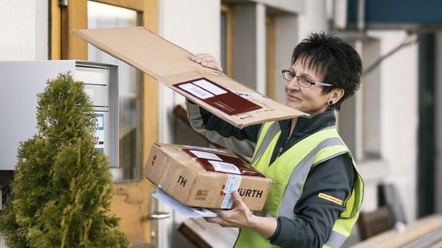 Postina che porta la posta e pachets a chasa.