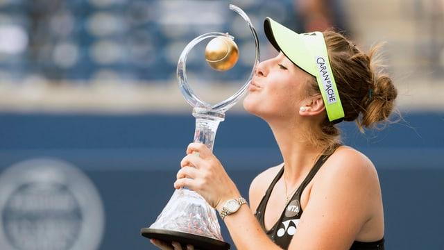 Belinda Bencic dat in bitsch a la trofea dal turnier.