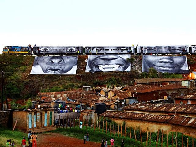 Bilder von Menschen an Hangböschung, darunter Slums.