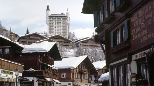 Hotel thront über eine Dorf