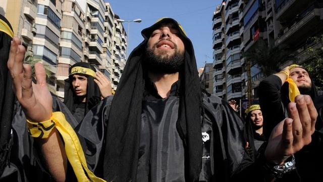 Ein libanesischer Schiite feiert mit seinen muslimischen Glaubensbrüdern ein zeremonielles Trauerfest.