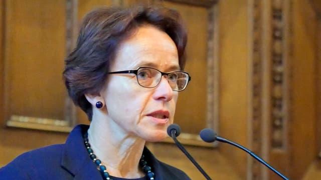 Eva Herzog mit Mikrofonen