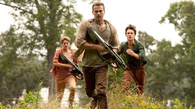 Tris, Four und Caleb fliehen mit Waffen.