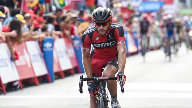 Danilo Wyss überquert ausgepowert die Ziellinie.