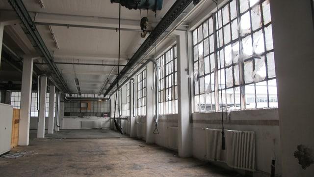 eine grosse Halle, die ausgebrannt ist. Die Fensterscheiben sind zerborst.
