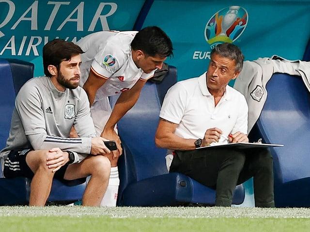 Spanien-Trainer Luis Enrique im Gespräch mit Gerard Moreno.