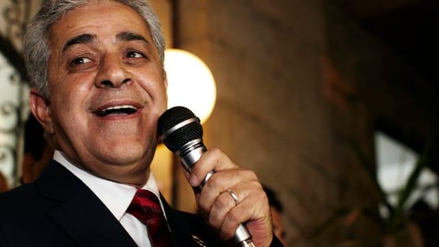 Hamdien Sabahi spricht mit einem Mikrofon in der Hand.