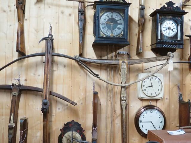 Aus einer früheren Zeit: Armbrüste und Uhren.