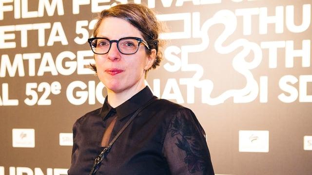 Filmregisseurin petra Volpe vor einer Stellwand der Solothurner Filmtage.