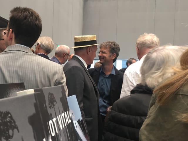 Not Vital ed il directur dal museum Stephan Kunz tranter ils numerus giasts da la vernissascha.