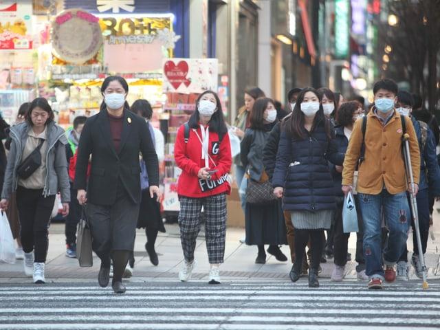 Touristen in Tokios Ginza-Shoppingdistrict.