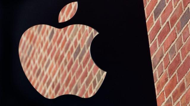 Apple Logo vor Backsteinmauer