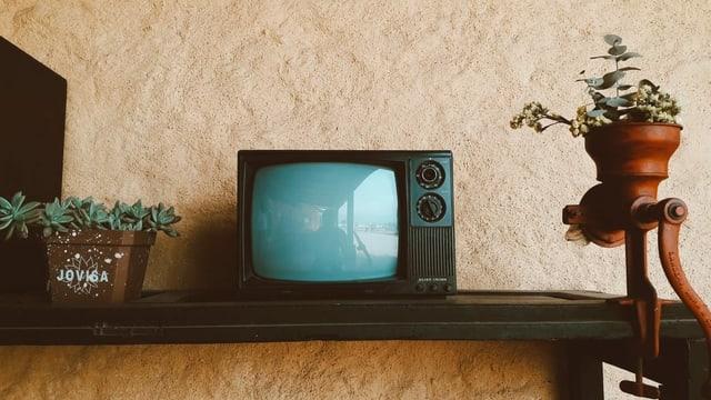 alter Fernseher auf Regal