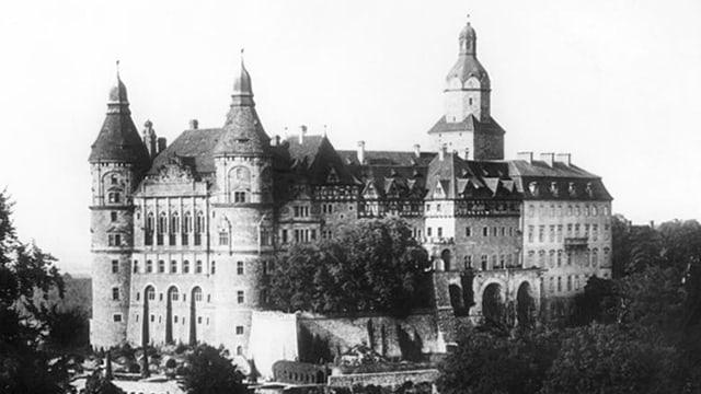 Schwarzweiss Fotografie eines Schlosses.