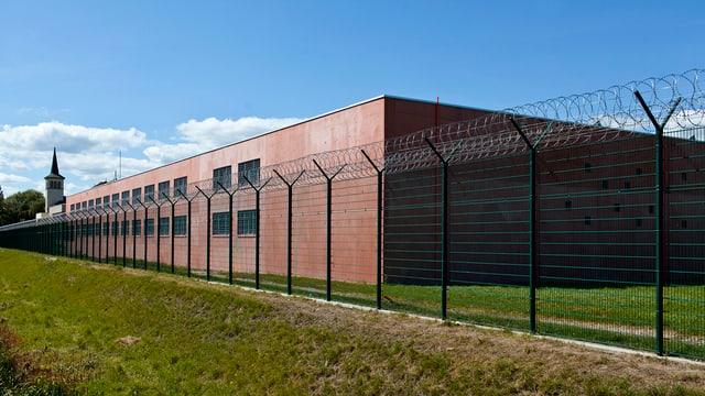 Ein Gefängnis mit Zaun von aussen.