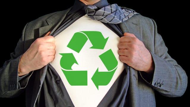 Ein Mann reisst sein Hemd auf. Darunter erscheint ein weisses T-Shirt mit Recycling-Logo.