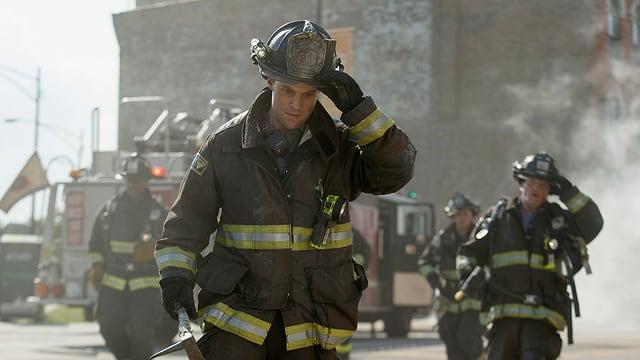 Vier Feuerwehrleute in voller Montur