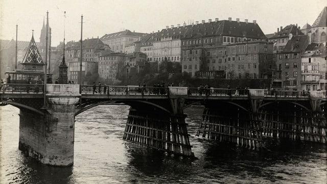 Historische Aufnahme eine alten Brücke mit Blick auf die Stadt.