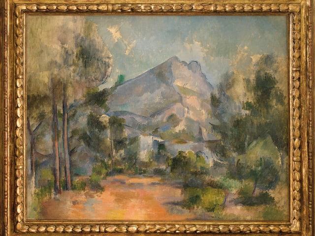 Ein Gemälde, das einen von Bäumen umrahmten Berg zeigt.