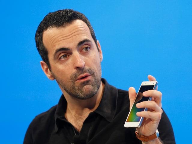 Portrait von Hugo Barra mit Smartphone in der Hand