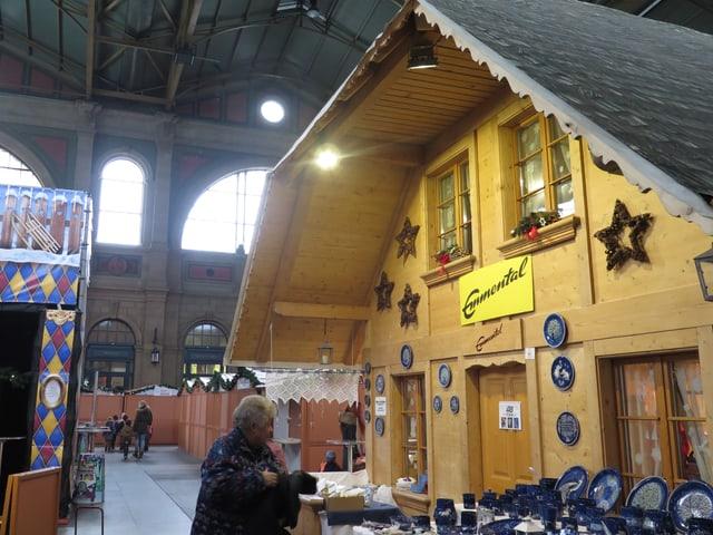Ein Häuschen am Weihnachtsmarkt im Zürcher Hauptbahnhof