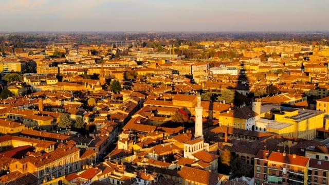 Im güldenen Sonnenschein erstrahlt Cremona.