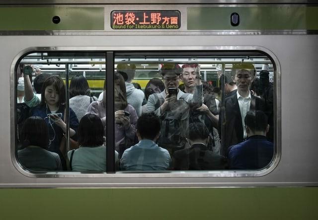 Viele Menschen in U-Bahn