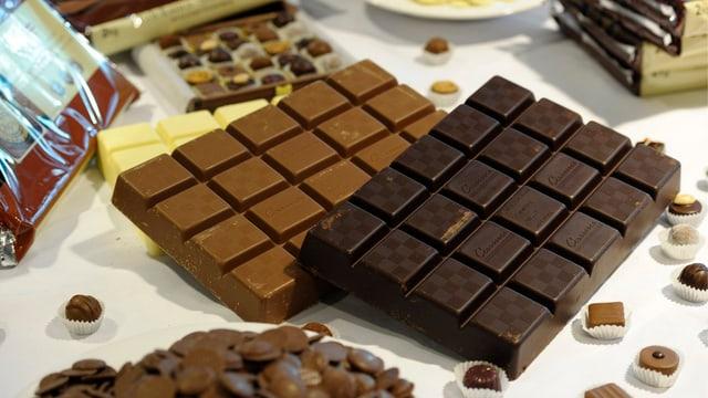 Pralinen und Tafelschokolade von Barry Callebaut auf einem Tisch.