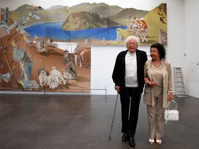 Hans Erni und seine Frau Doris vor einem seiner Werke 2009 im Kunstmuseum Luzern.