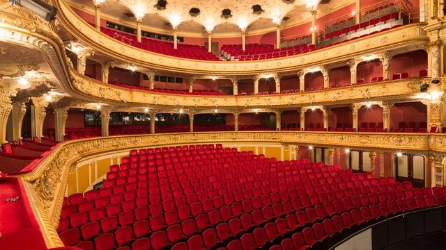 Blick auf die roten Samtsitze und den Balkonen im Zürcher Opernhaus