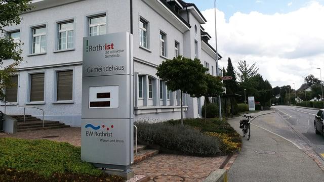 Gemeindehaus mit Tafel mit Gemeindelogo