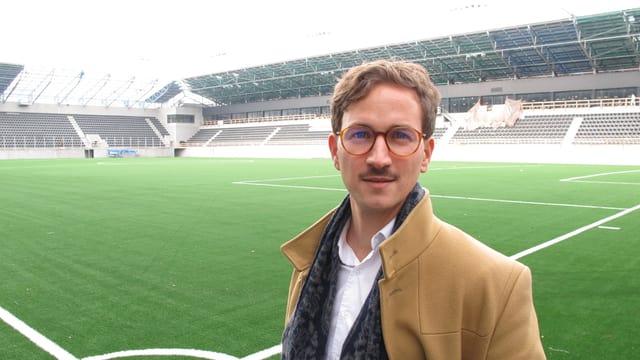 Der Geschäftsführer der Stadion Schaffhausen AG steht auf dem Rasen im neuen Stadion.
