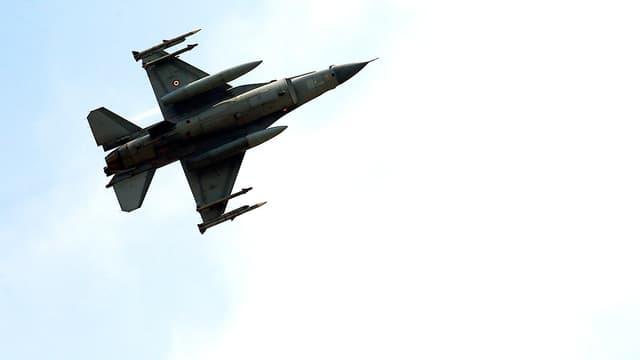 Türkischer F-16-Kampfjet von unten forografiert, mit voller Bewaffnung.