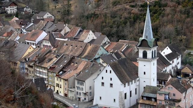 Eine Kirche in einem Dorf
