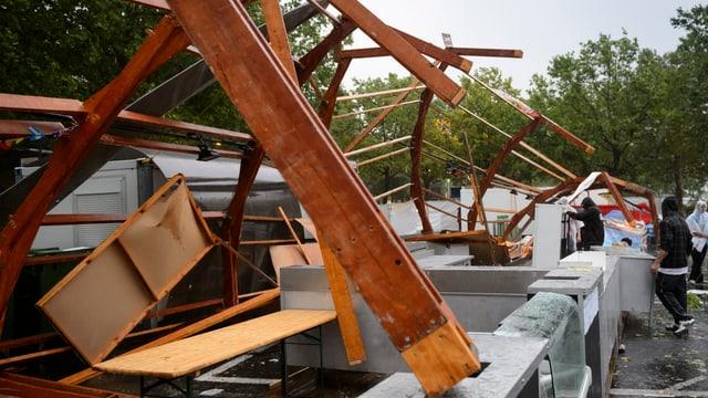 Umgestürzte Holzbalken