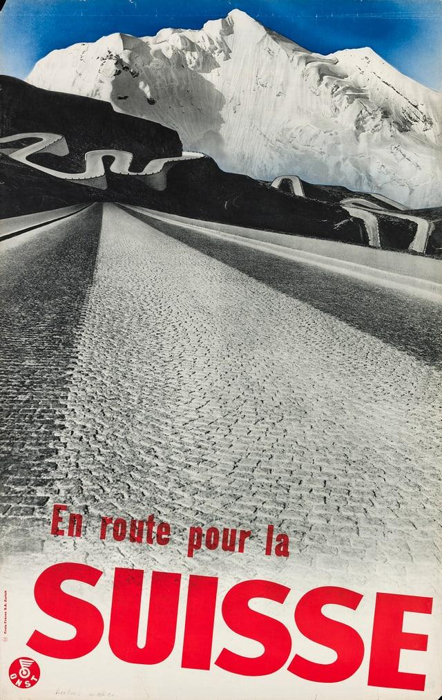 Eine gerade Strasse. IM Hintergrund eine sich schlängelnde Bergstrasse vor einem Bergmassiv. Schriftzug: En route pour la Suisse.