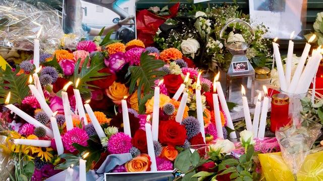 Blumen und weisse Kerzen liegen vor dem Club Kaufleuten, nachdem ein junger Mann dort erstochen wurde.