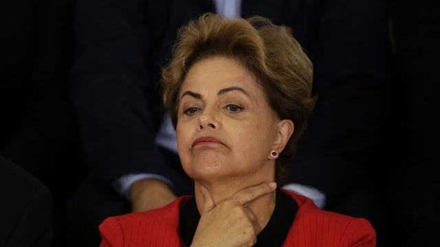 La presidenta da la Brasilia, Dilma Rousseff stat en connex cun il scandal da corrupziun enturn il concern dad ieli statal Petrobras.