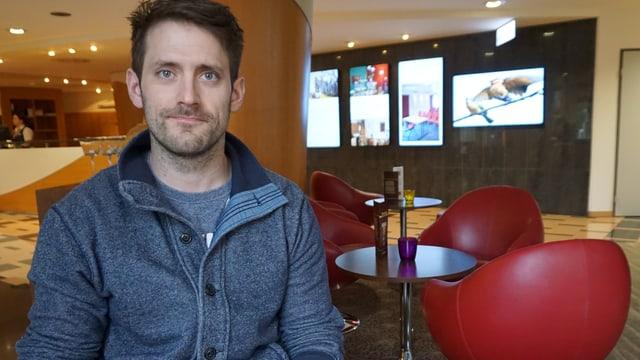 Diego Schwarzenbach in einer Hotellobby.
